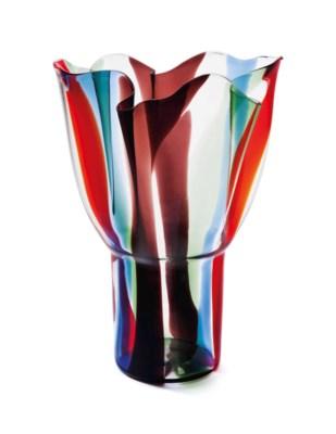 A FINNISH ART GLASS VASE, KUKI