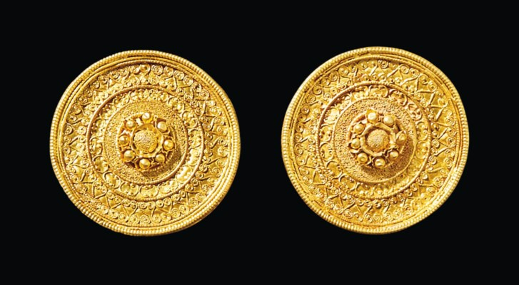 A PAIR OF ETRUSCAN GOLD EAR ST