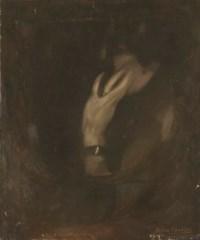 Femme de profil vers la gauche, la main sur le visage