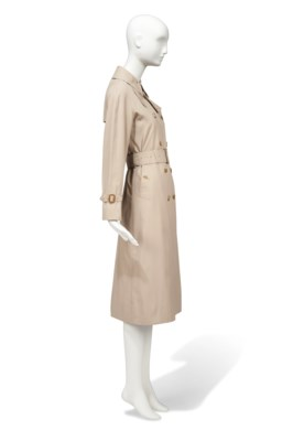 A THREE-QUARTER LENGTH TRENCH