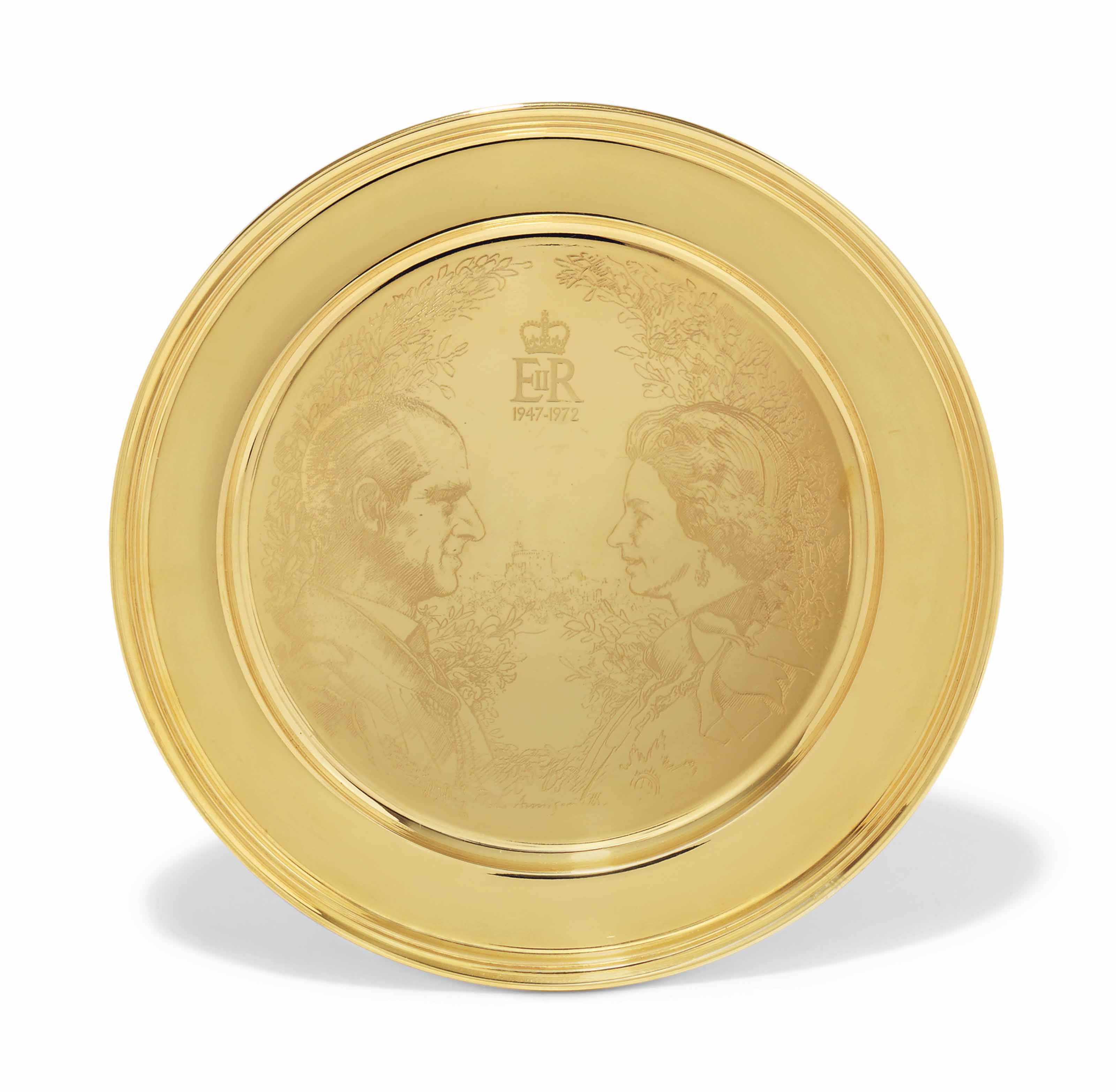 AN ELIZABETH II GOLD COMMEMORATIVE PLATE