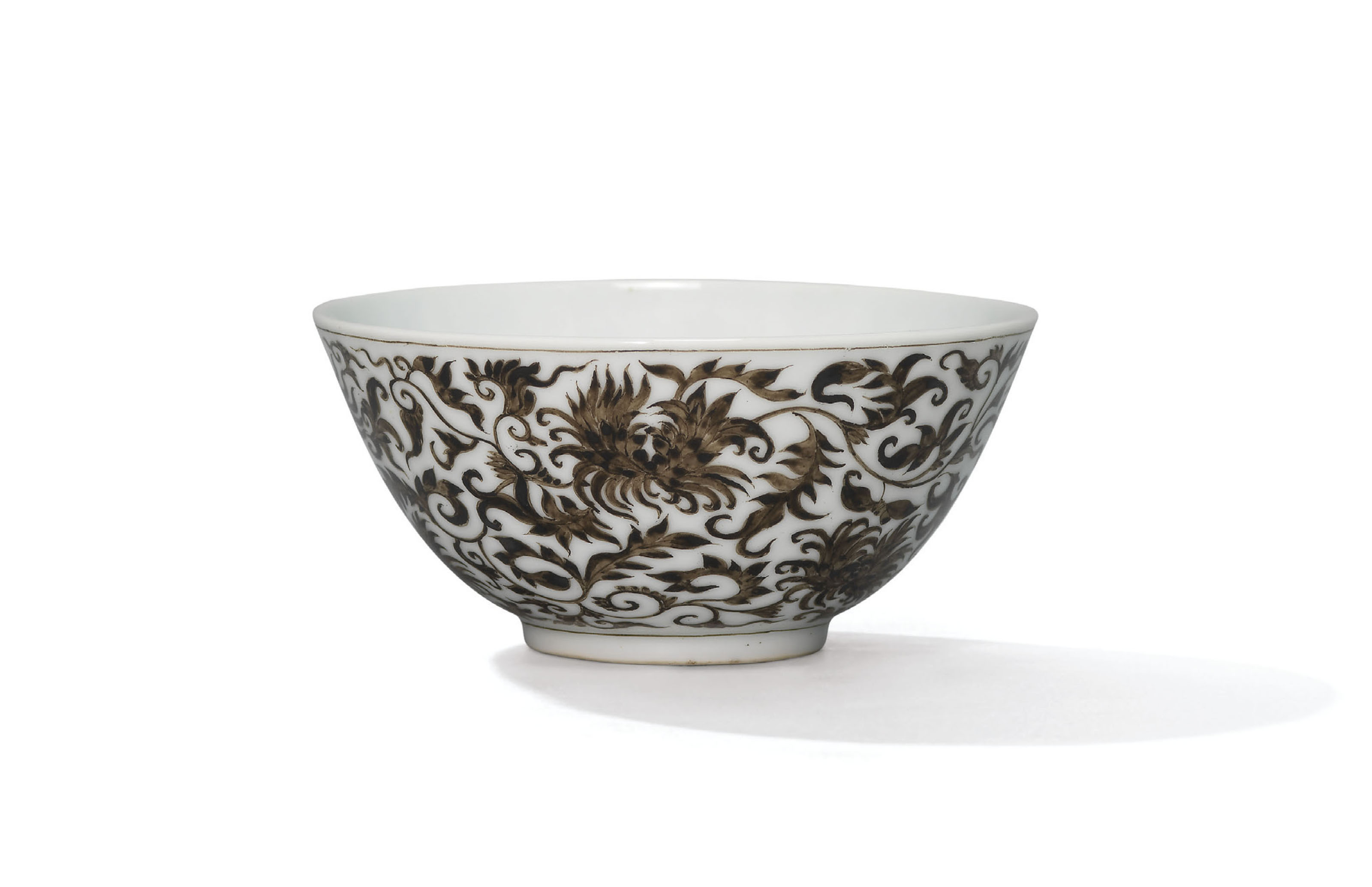 A VERY RARE SMALL GRISAILLE-DECORATED 'CRYSANTHEMUM' CUP
