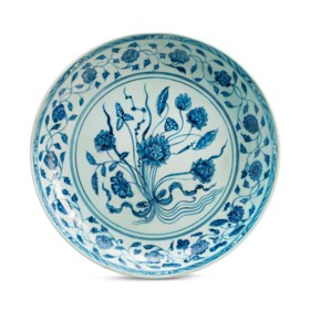 A LARGE BLUE AND WHITE 'LOTUS BOUQUET' DISH