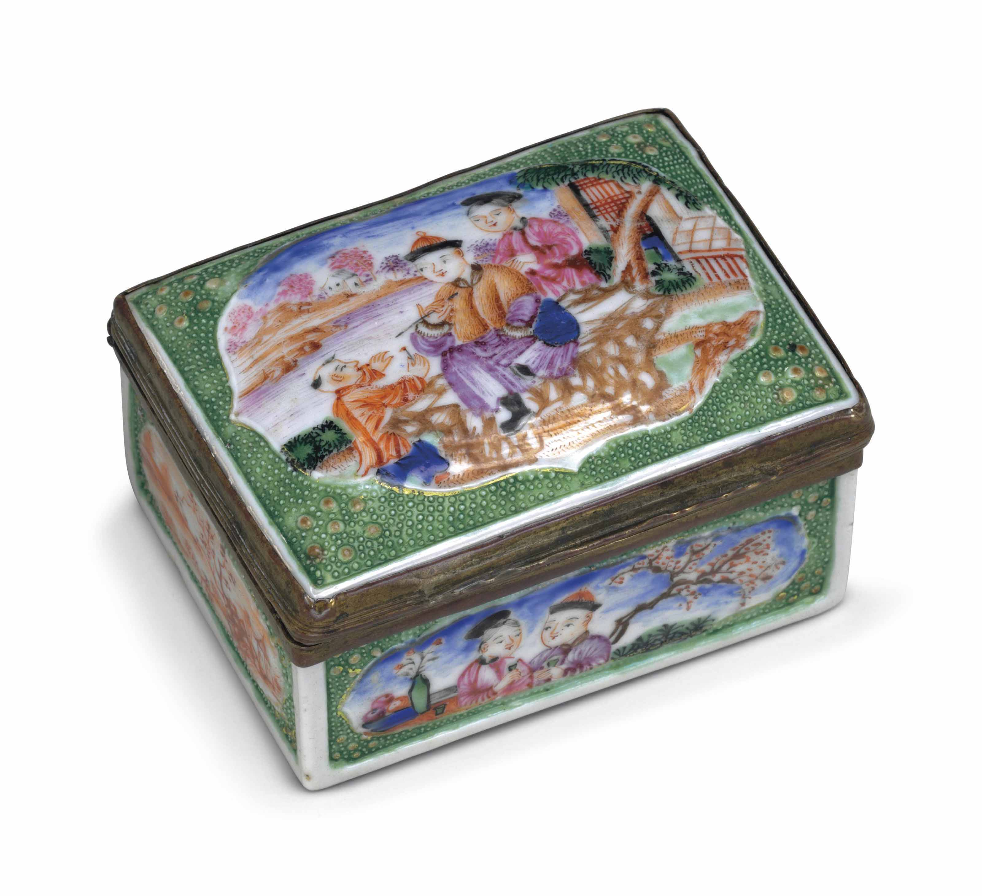 A GREEN-GROUND FAMILLE ROSE PORCELAIN SNUFF BOX