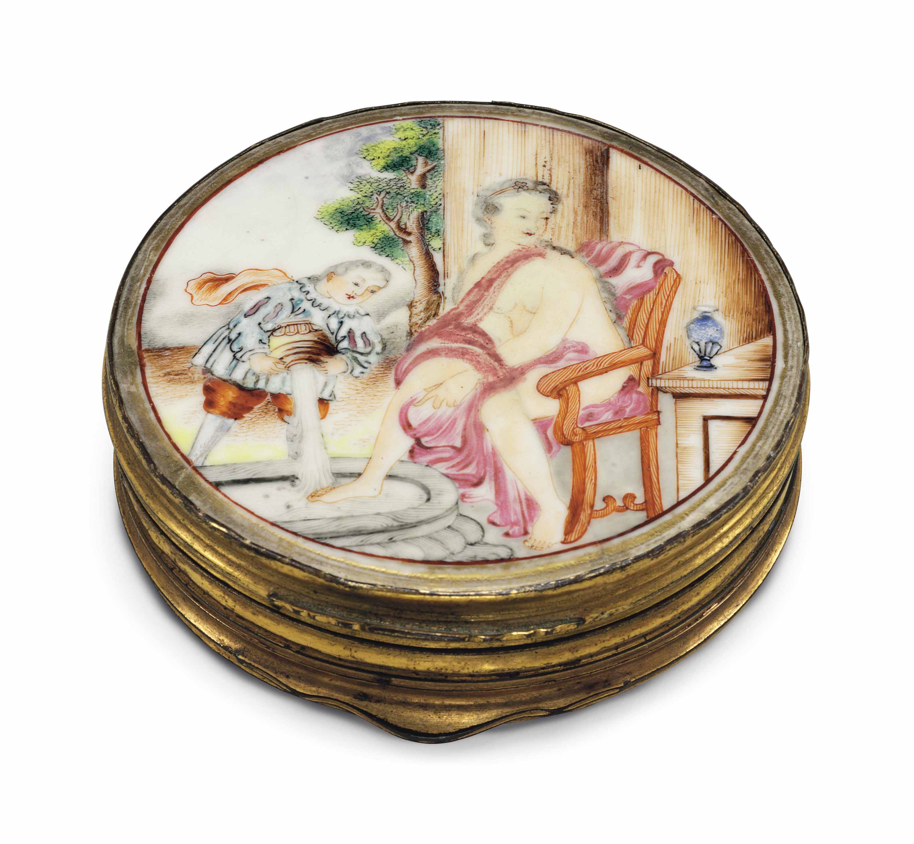 A FAMILLE ROSE PORCELAIN CIRCULAR DOUBLE SNUFF BOX OR PATCH BOX