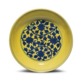 AN UNDERGLAZE BLUE AND YELLOW-GLAZED 'FLORAL SCROLL' DISH