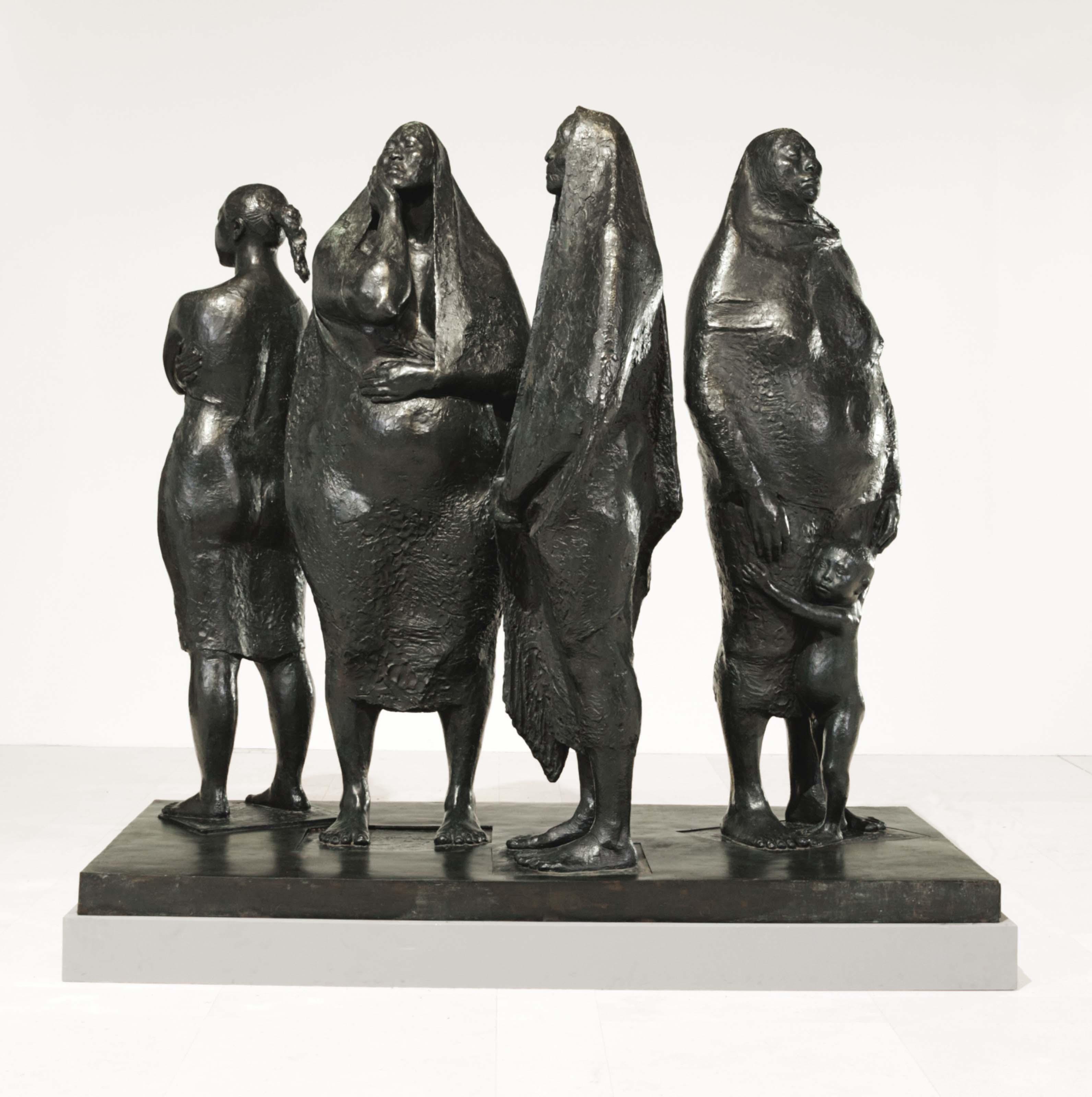 Grupo de cuatro mujeres de pie