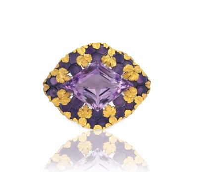 AN AMETHYST AND GOLD BROOCH, B