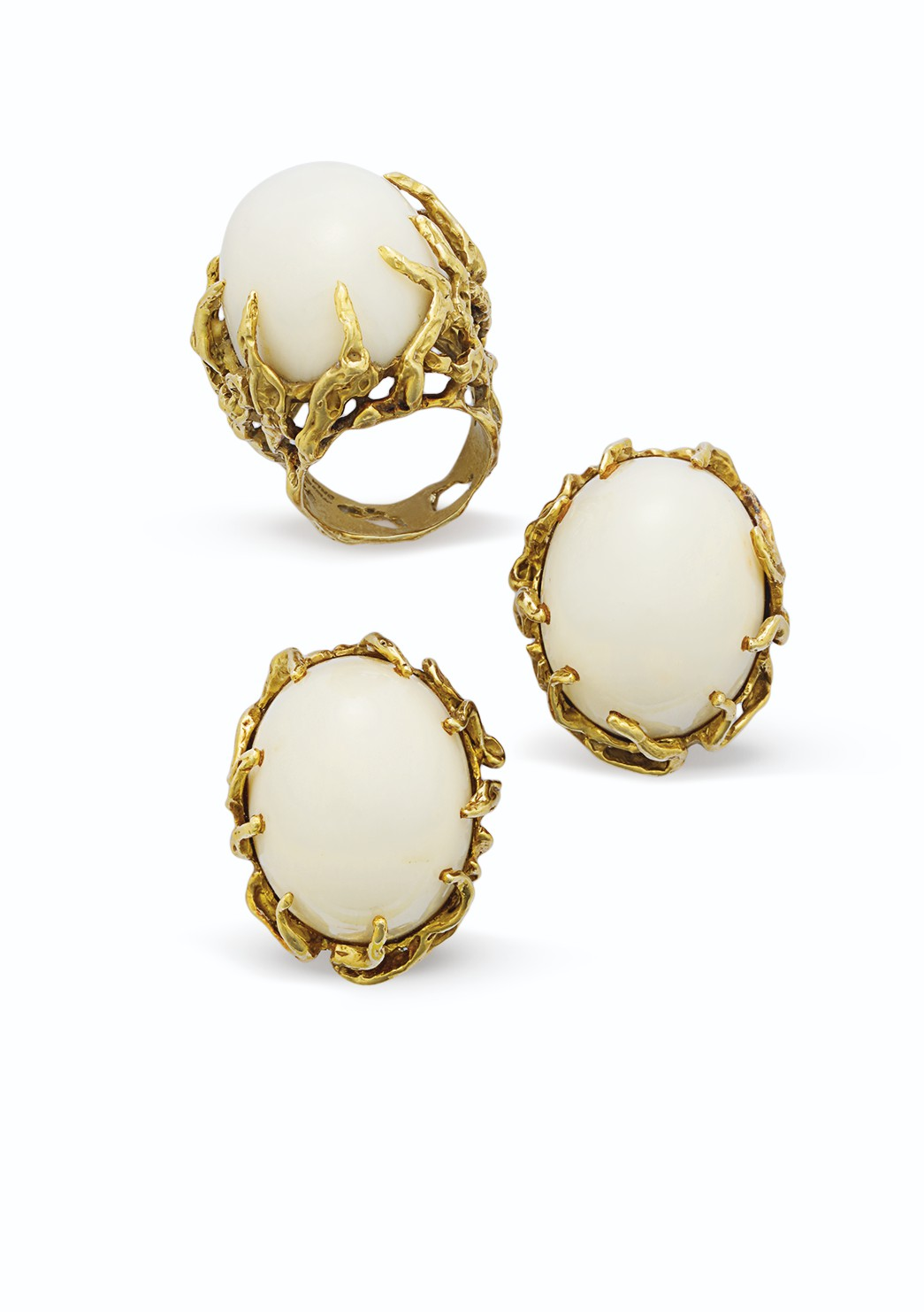 A SET OF WHITE CORAL AND GOLD JEWELRY