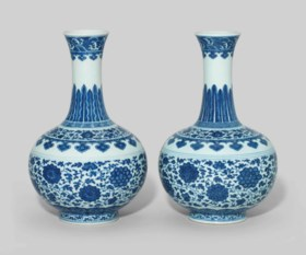 A PAIR OF MING-STYLE BLUE AND WHITE BOTTLE VASES
