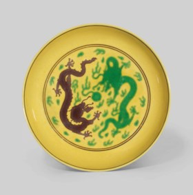 A YELLOW-GROUND GREEN AND AUBERGINE-ENAMELLED 'DRAGON' DISH