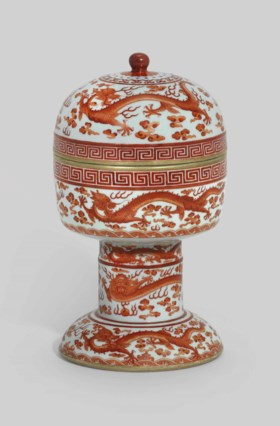 AN IRON-RED-DECORATED 'DRAGON' CEREMONIAL VESSEL AND COVER,