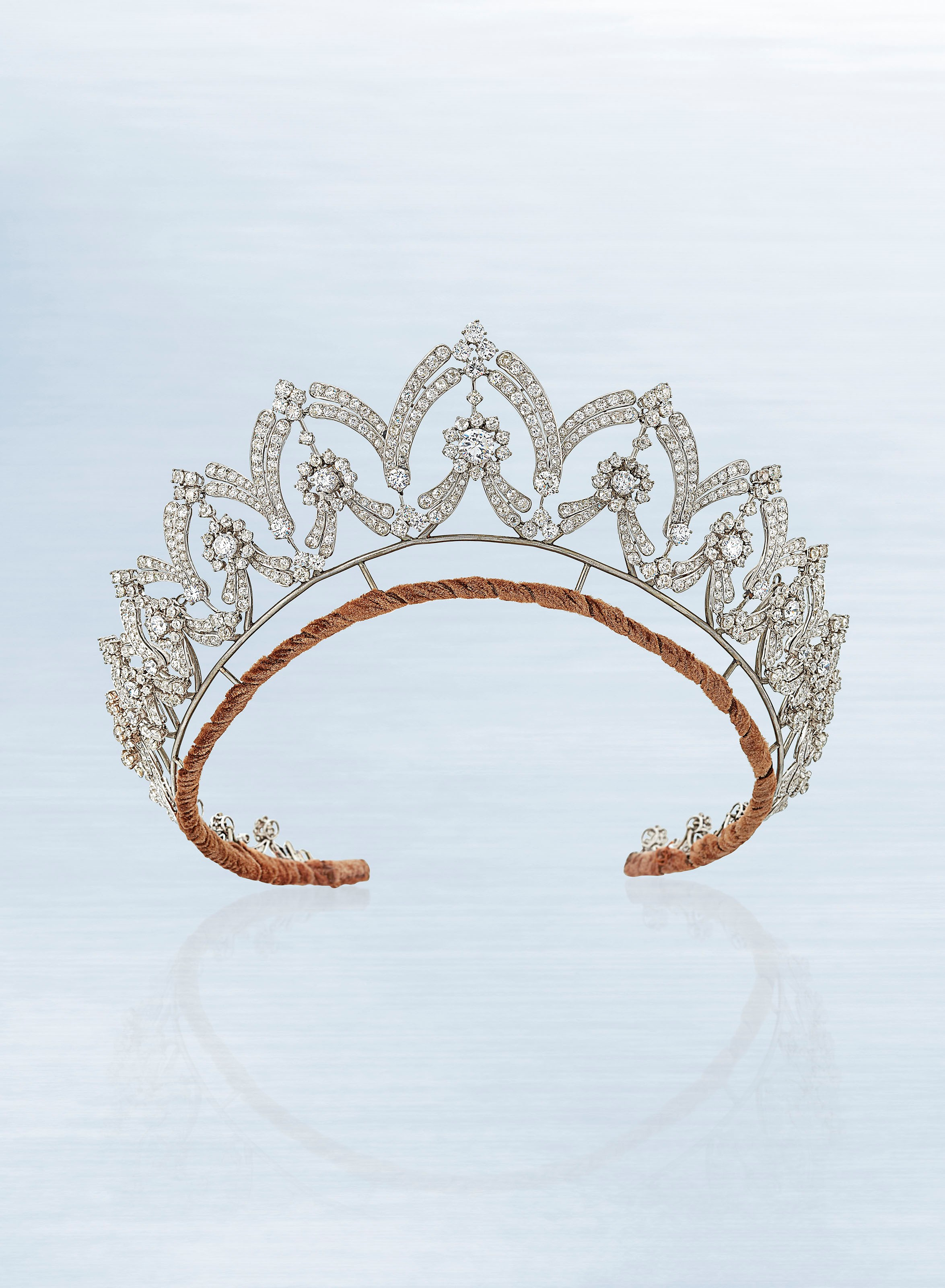 裝飾藝術風格鑽石頭冠/項鏈,寶詩龍設計,圓形和舊式切割鑽石,約1935年製。直徑48.5公分,簽名:Boucheron RM;附寶詩龍原裝深藍色盒。此拍品於2018年6月13日在佳士得倫敦珠寶首飾拍賣中以87,500英鎊成交。
