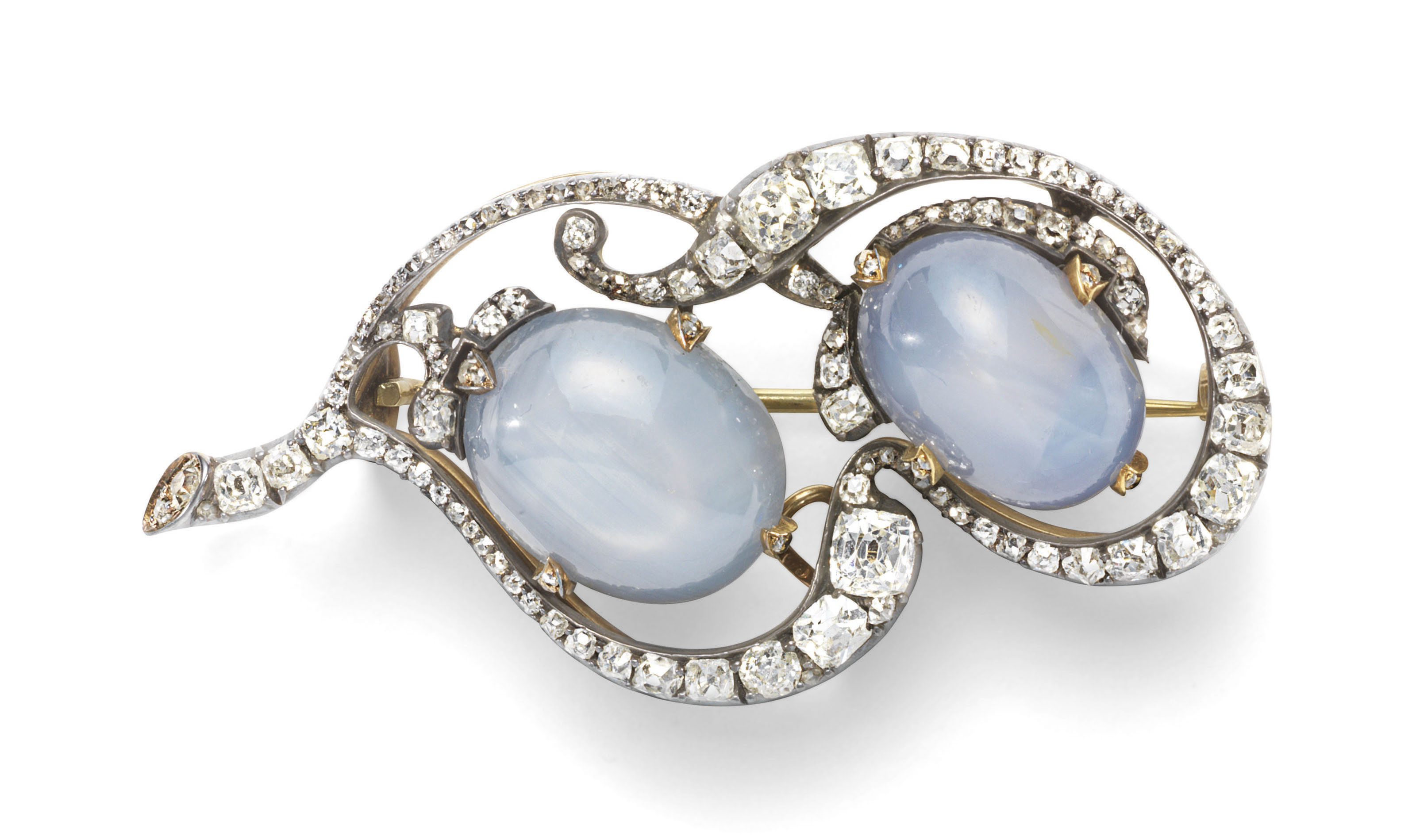 A SILVER-TOPPED GOLD-MOUNTED DIAMOND AND SAPPHIRE BROOCH