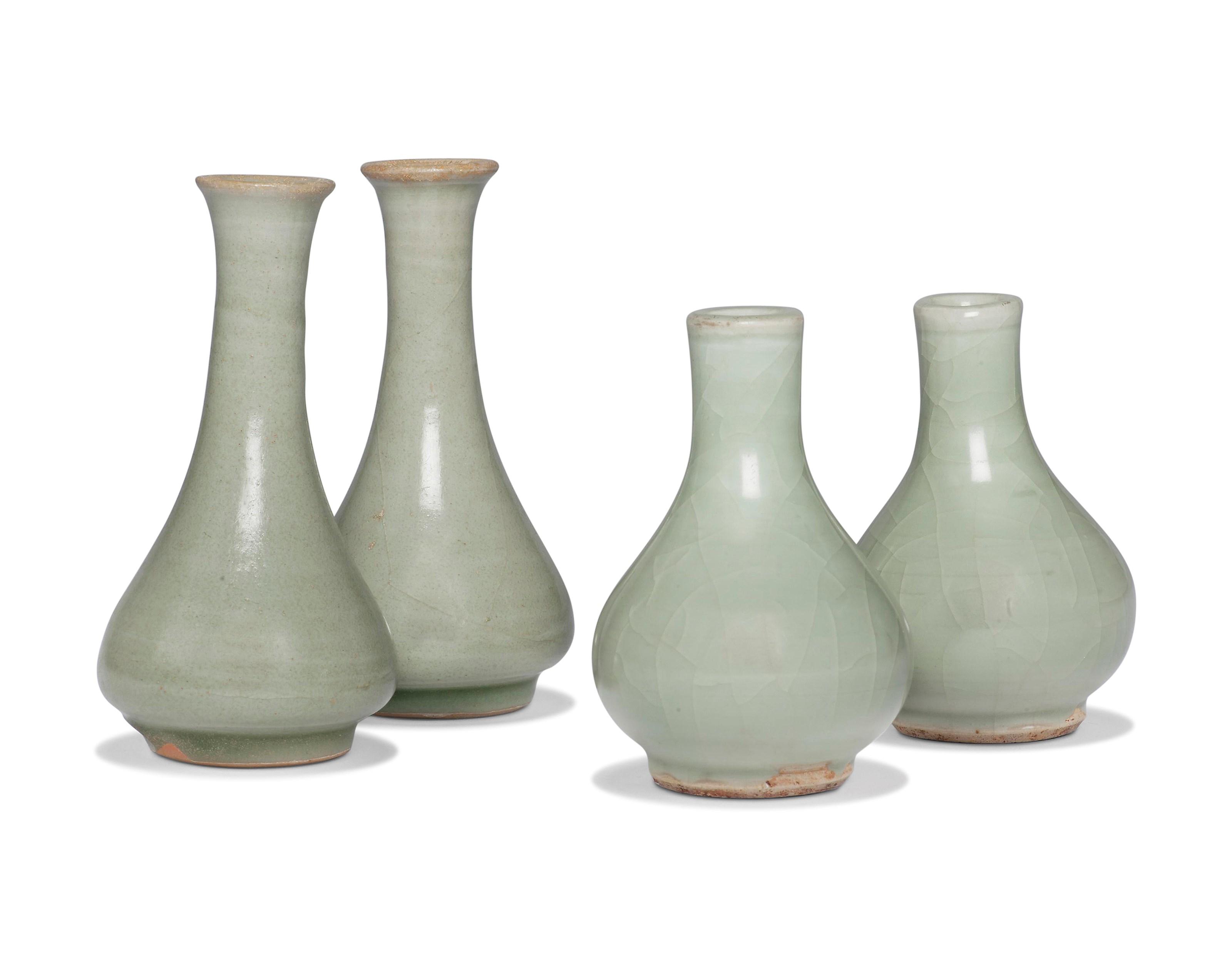 元明 龙泉青釉瓶一对及粉青釉瓶一对 一组四件,较大一对高4½ 吋 (11.5 公分)。估价:3,000-5,000英镑。此拍品于2018年12月5至13日举行之中国艺术:伦敦冬季网上拍卖中呈献。
