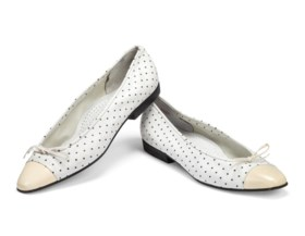 A PAIR OF LOW HEELED WHITE BALLERINA SHOES