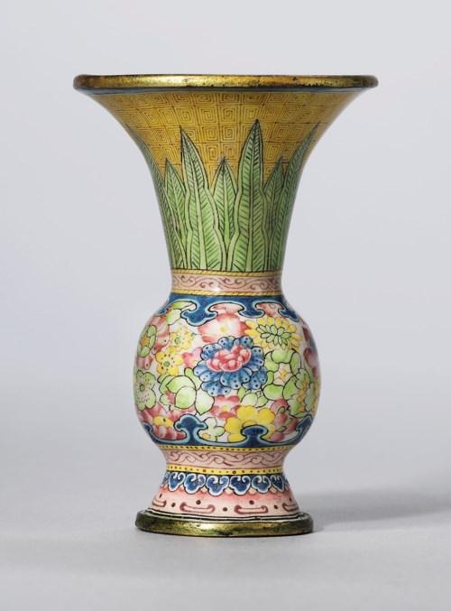 铜胎画珐琅万花锦纹觚式小瓶 「乾隆年制」款,高2½ 吋 (6.4 公分)。估价:30,000-50,000英镑。佳士得伦敦于2018年5月15日举行的雍容独秀—重要亚洲私人珍藏中国艺术瑰宝拍卖中呈献此拍品。