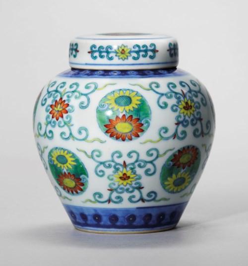 清乾隆 斗彩团菊纹盖罐 六字篆书款,高4½ 吋 (11.6 公分)。估价: 80,000-120,000英镑。佳士得伦敦于2018年5月15日举行的雍容独秀—重要亚洲私人珍藏中国艺术瑰宝拍卖中呈献此拍品。
