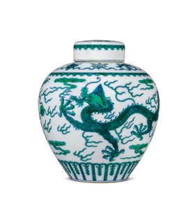 A FINE UNDERGLAZE-BLUE AND GREEN-ENAMELLED 'DRAGON' JAR AND