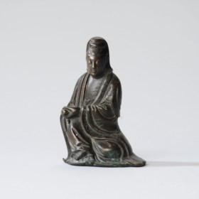 A SMALL SILVER WIRE-INLAID BRONZE FIGURE OF GUANYIN