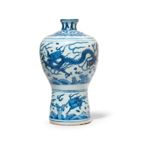A BLUE AND WHITE 'DRAGON' VASE, MEIPING