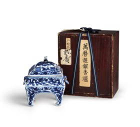 A VERY RARE BLUE AND WHITE RECTANGULAR 'DRAGON' CENSER AND C