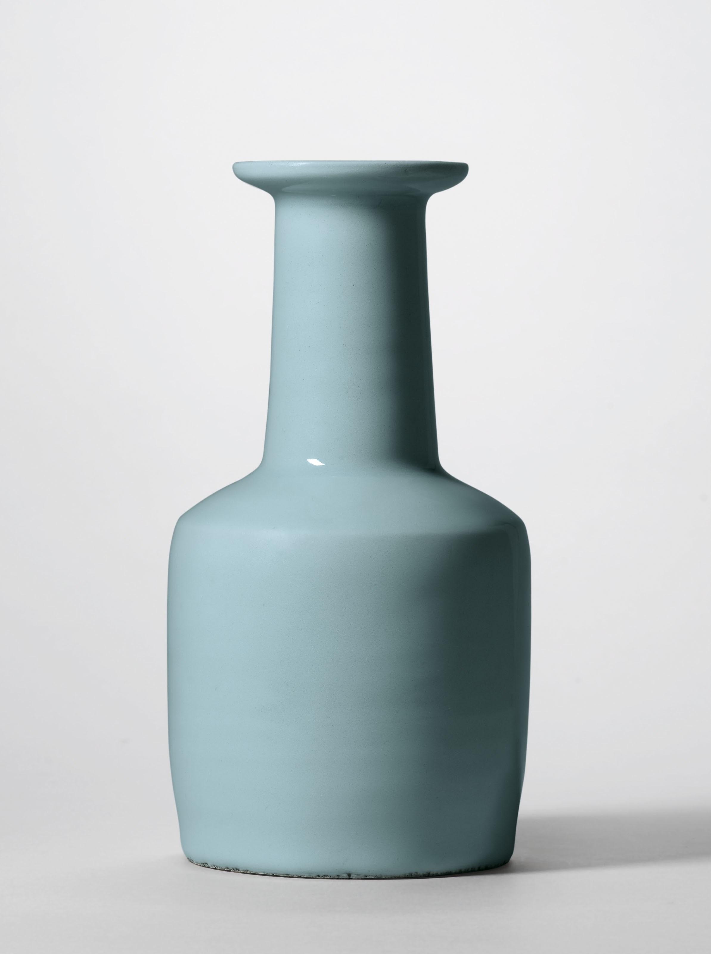 南宋 龙泉粉青釉纸槌瓶,高9⅛ 吋 (23.4公分)。此拍品于2018年11月26日在佳士得香港不凡- 宋代美学一千年(晚间拍卖)中以42,850,000港元成交。