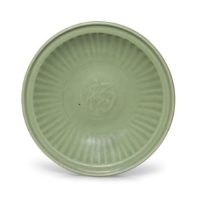 A LARGE LONGQUAN CELADON CARVED DISH