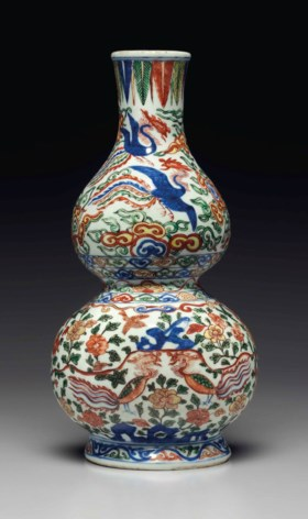 A RARE WUCAI 'PHOENIX' DOUBLE-GOURD-FORM WALL VASE