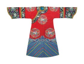 AN EMBROIDERED RED SILK WOMAN'S INFORMAL ROBE