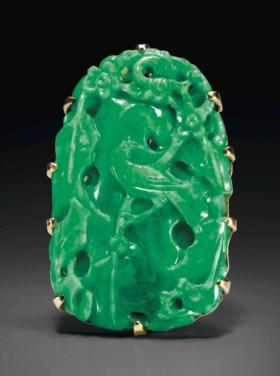 A GOLD-MOUNTED EMERALD-GREEN JADEITE PENDANT