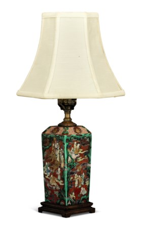 AN UNUSUAL FAMILLE VERTE FACETED VASE, MOUNTED AS A LAMP