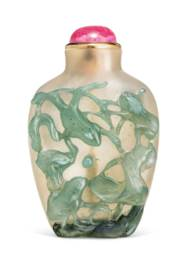 A CARVED CHALCEDONY SNUFF BOTT
