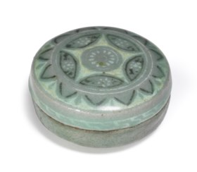 A SMALL KOREAN SLIP-INLAID CELADON-GLAZED BOX AND A COVER