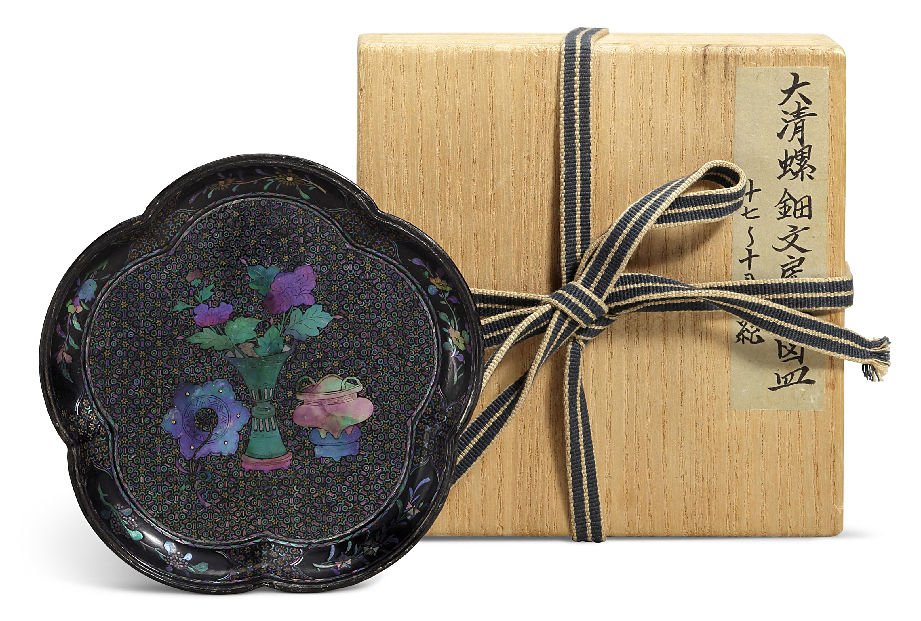 A SMALL MOTHER-OF-PEARL INLAID BLACK LACQUER DISH