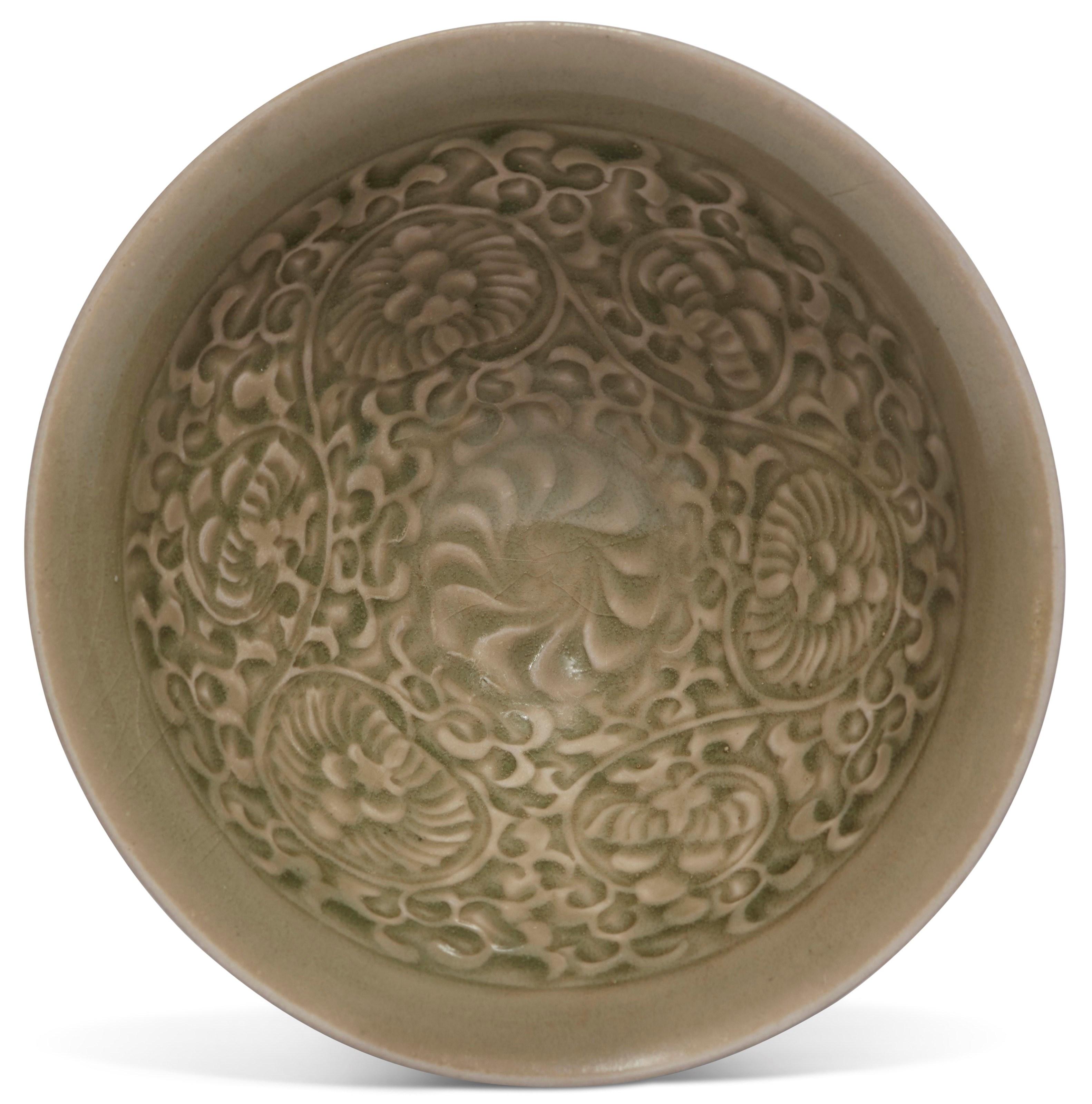 宋金 耀州青釉印花盌,直径5⅛ 吋 (13.1 公分)。估价:2,000-4,000美元。此拍品于2018年12月5至12日举行之中国艺术:纽约冬季网上拍卖中呈献。