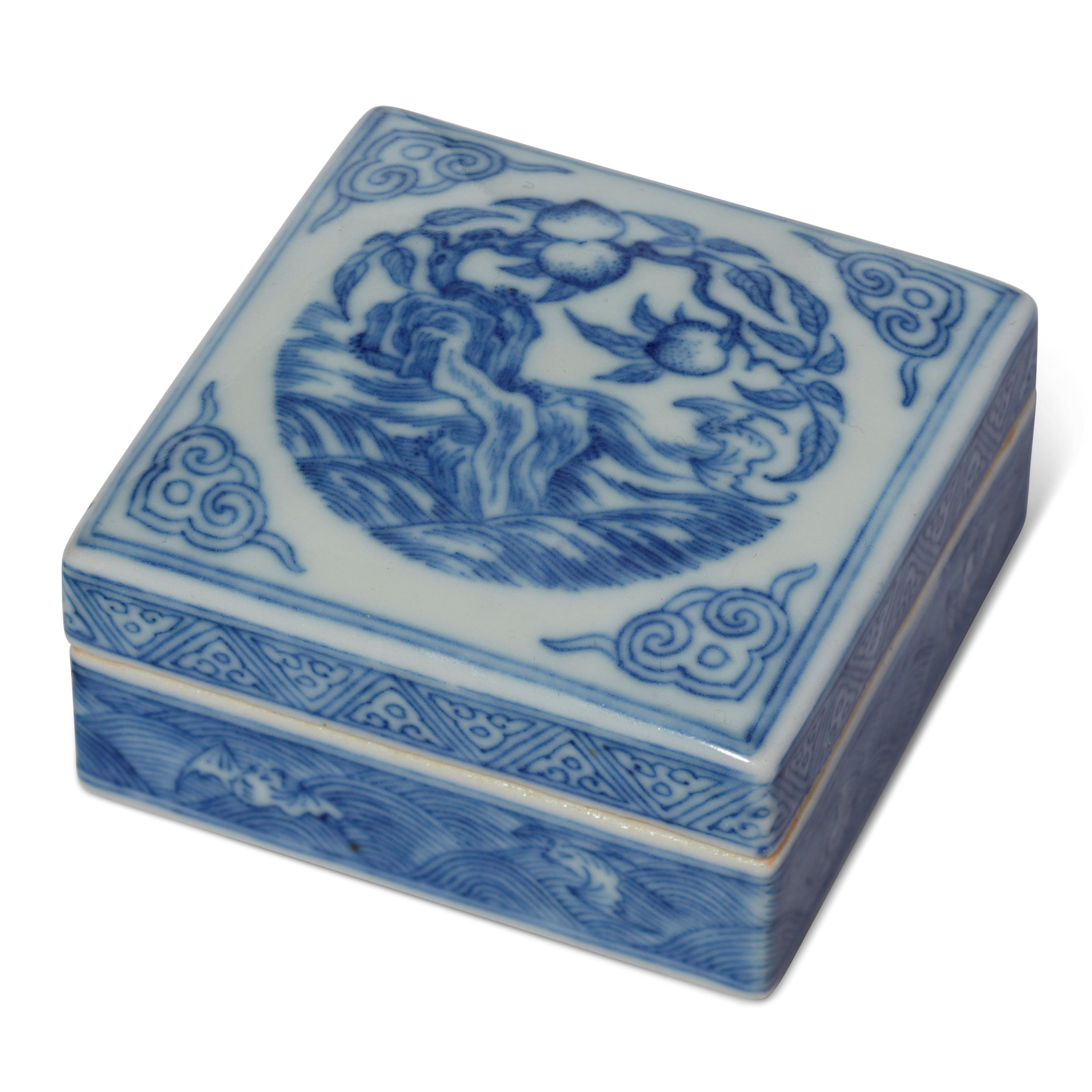 清十八十九世纪 青花福寿纹盖盒,2¼ 平方吋 (5.7平方公分)。估价:1,500-2,500美元。此拍品于2018年12月5至12日举行之中国艺术:纽约冬季网上拍卖中呈献。