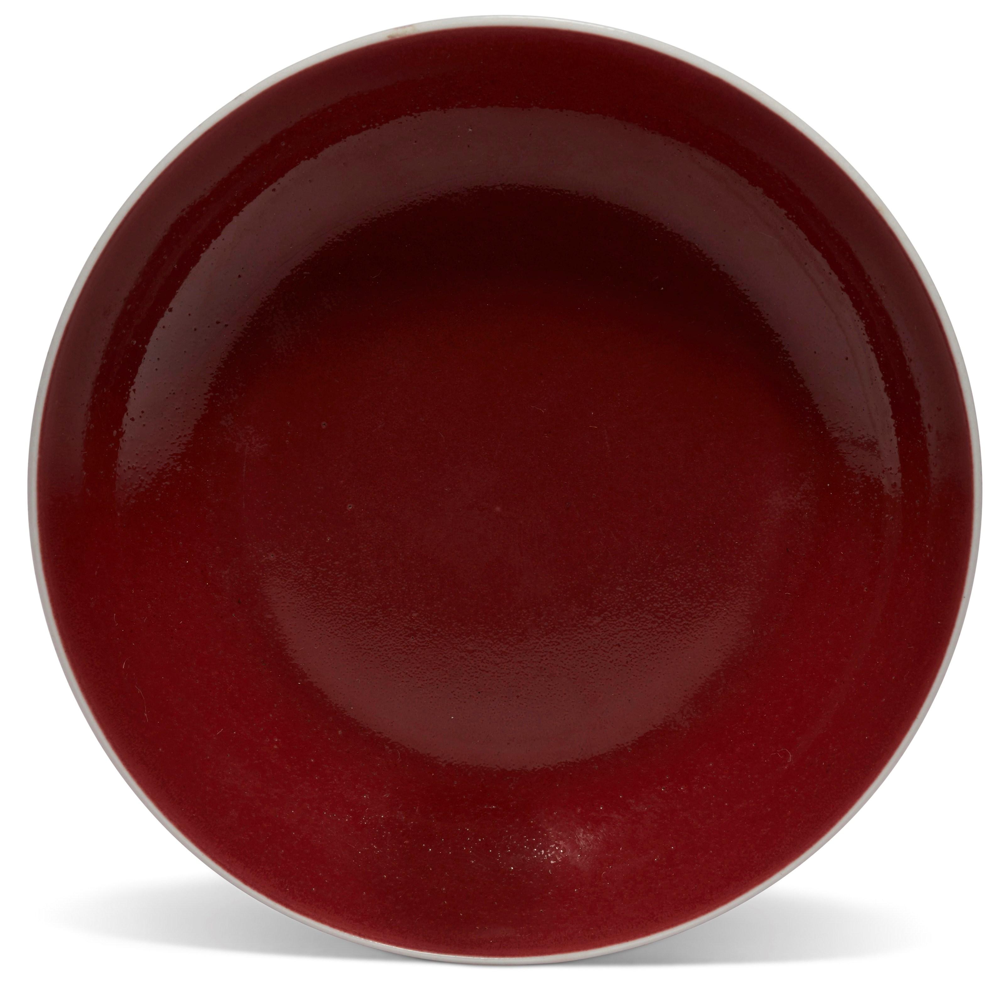 清雍正 红釉小盘 双圈六字楷书款。直径4⅝ 吋 (11.7 公分)。估价:1,800-2,500美元。此拍品于2018年12月5至12日举行之中国艺术:纽约冬季网上拍卖中呈献。