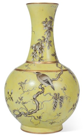 A CHINESE DAYAZHAI EN GRISAILLE-DECORATED YELLOW-GROUND VASE