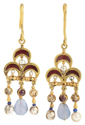 A PAIR OF BYZANTINE GOLD, GARNET, PEARL AND SAPPHIRE EARRING