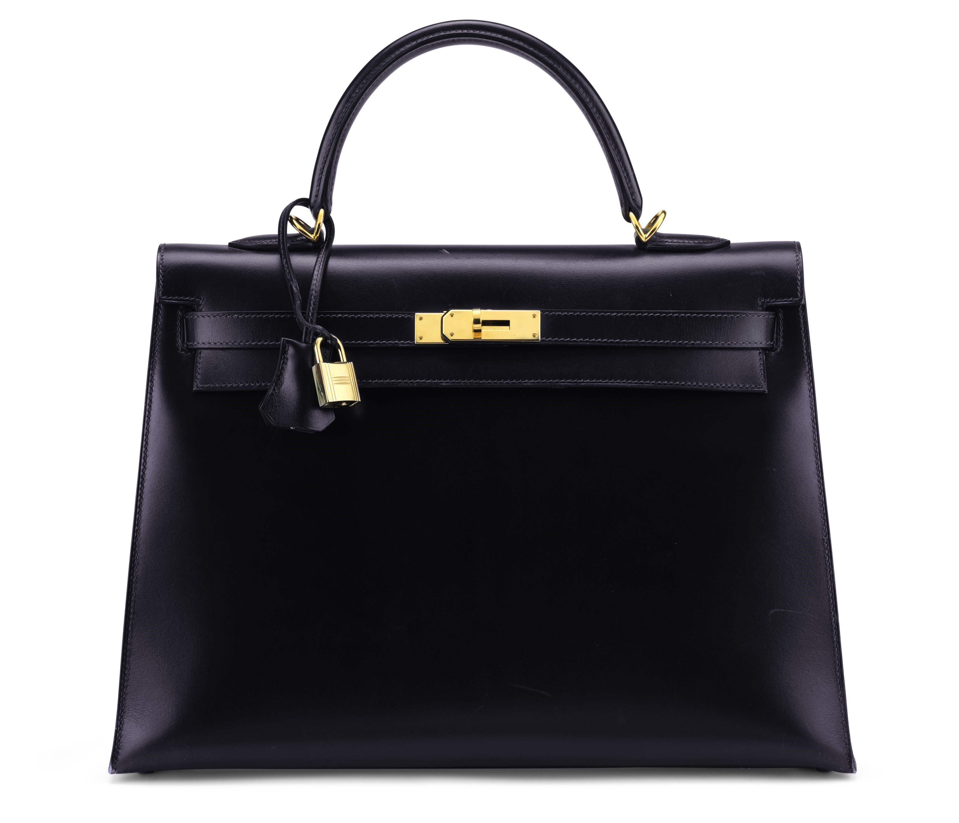 靛蓝色CALF BOX小牛皮35公分SELLIER凯莉包附黄金配件,爱马仕,2005年。宽35 x高25 x 深 13公分。估价:5,000-7,000美元。此拍品于2018年5月29日至6月19日在手袋及配饰网上拍卖中呈献。                这个优雅的凯莉包采用细腻的靛蓝色调,袋内空间充足,是上班造型或时尚晚装的完美搭配。       .captiondesc { font-family LyonRegular, Arial, Helvetica, sans-serif!important; font-size 20px!important; line-height 30px!important; color #000000!important; weight normal!important; padding-top