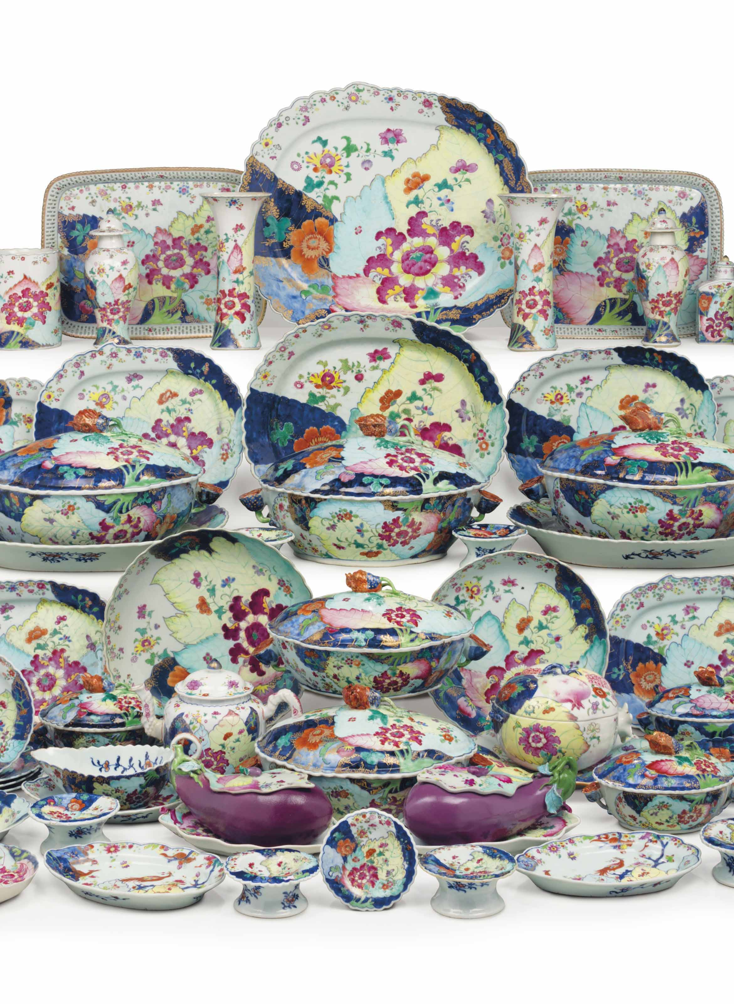 A LARGE CHINESE EXPORT 'TOBACCO LEAF' ASSEMBLED DINNER SERVICE
