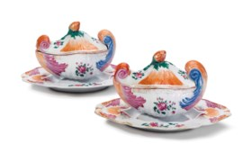A PAIR OF CHINESE EXPORT FAMILLE ROSE SHELL-FORM SAUCE TUREENS, COVERS AND STAND