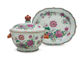 A CHINESE EXPORT FAMILLE ROSE SOUP TUREEN, COVER AND STAND
