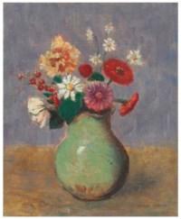 Fleurs dans un vase vert