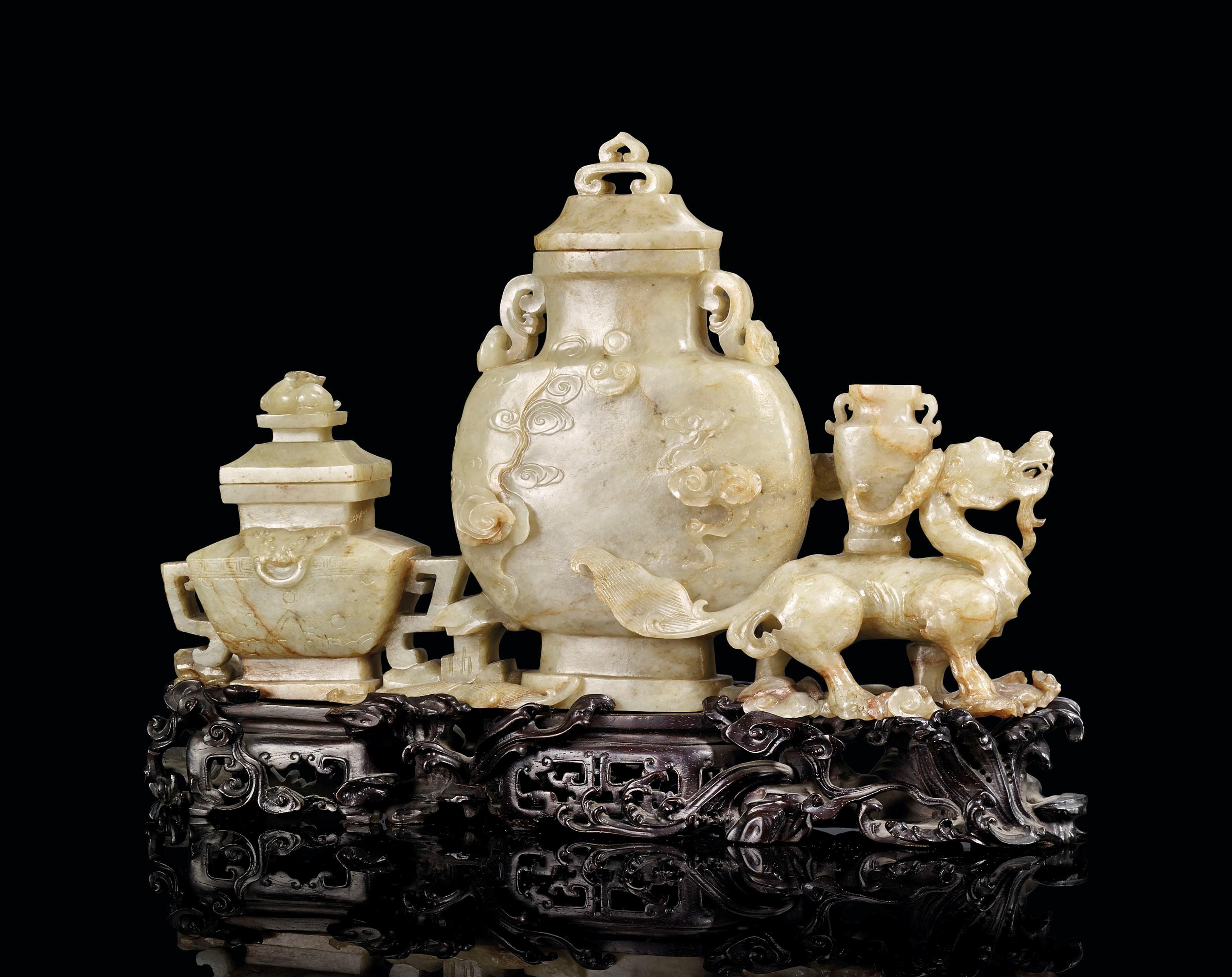 清十九世纪 褐玉带皮仿古三联瓶摆件,长9 ¾ 吋 (25 公分) 高 5 ¾ 吋 (15 公分)。估价:20,000 - 30,000欧元。此拍品于2018年12月12日在佳士得巴黎亚洲艺术拍卖中呈献。