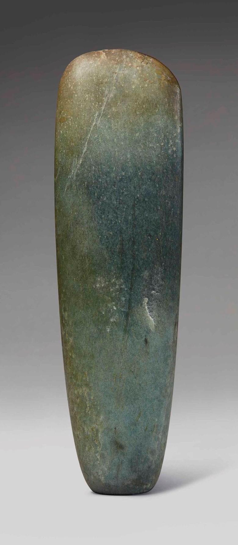 Imposante hache cérémonielle olmèque, Préclassique, env. 900-600 AV. JC. Height 30.3  cm (12  in). Sold for €17,500 on 9 April 2018 at Christie's in Paris