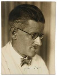"""JOYCE, James (1882-1941). Portrait photographique, épreuve argentique signée en bas à l'encre noire (""""James Joyce""""), [vers 1929]."""