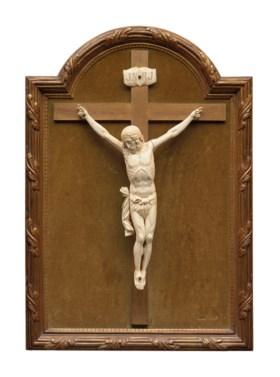 FIGURE EN IVOIRE SCULPTE REPRESENTANT UN CHRIST EN CROIX