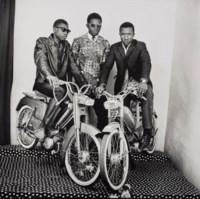 Les trois amis, avec moto, studio, 1975